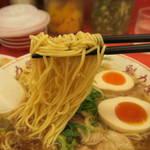 ラーメン魁力屋 - 醤油味玉ラーメン750円の麺