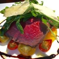 黒毛和牛ランプのタリアータ セルバチカとチェリートマトのサラダ添え