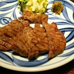 青葉苑 - 牛タン6切れ 切り込みが入ってます 白菜の浅漬けと味噌漬けが付いてます