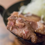 イベリコ豚おんどる焼 裏渋屋 - 溫突(おんどる)トンテキ、斷面(きりくち)