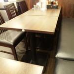 横浜らーめん 六壱家 - テーブル席