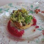 ミクニナゴヤ - 春のサラダ 蛍イカ・オマール海老・白ミル・独活・蕨をクルスティアンなタルトに詰めて ビーツのビネグレットソース