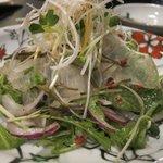 達屋 - 昆布〆旬魚と香り野菜サラダ ¥900
