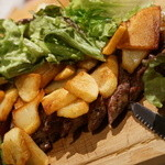 フランス食堂 LA CARAPACE - サラダの下からはポテトとお肉!