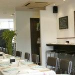 チャイニーズ 芹菜 - イタリアの食堂をイメージしたオープンキッチンのインテリア。優雅で落ち着いた雰囲気