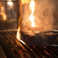 熟成肉の旨味を最大限に引き出す炭直火焼き