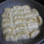 ホワイト餃子 - ⑤ジュウジュウ