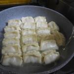 ホワイト餃子 - ④油を8分目まで