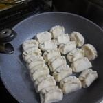 ホワイト餃子 - ②熱湯を