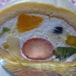 いたがき - 1番人気のフルーツロールケーキ378円(税込)