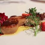 レストラン プランデルブ北鎌倉 - 前菜:鴨のフォアグラのポワレ、季節の果実とハーブのサラダ☆
