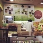 玉澤総本店 - 「玉澤総本店  ずんだ小径店」のメニューと内観。  仙台駅3Fにて、新幹線に乗り降りされるような忙しい方にも、手軽に召し上がりやすいメニューになっているようです。
