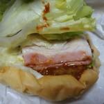 パン屋ドンチャバラ - 佐世保風バーガー 410円(税込)の中を のぞいてみました。上からスライストマト、タップリなレタス、ベーコン、ハンバーグが重ねられ、オーロラソースがかけられています。