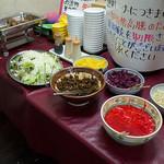 赤のれん&とん吉 - 店内のお惣菜コーナー。嬉しい限りのサービスです。