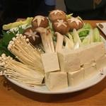 まつもと - 野菜もきれい。大根だけ最初から鍋に入っていて、出汁がしみたら頂きます。
