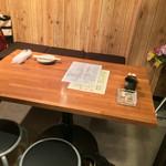 もつ焼き 勝利 - もつ焼き 勝利(東京都世田谷区三軒茶屋)店内テーブル席