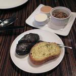 51858392 - イカ墨とホウレン草のパン