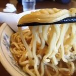 ひろしま大勝軒 - 麺はこんな感じ 極太縮れ麺