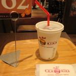 クアアイナ - ドリンク写真:先ずはセットの飲み物コーラーを飲みながらバーガーの出来あがりを待ちます。  ハワイ同様にオーダーが入って焼いてくれるんで10分程待つ事になります。