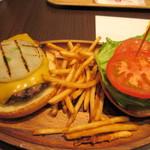 クアアイナ - 料理写真:暫く待つと山盛のポテトと一緒にチーズバーガーが焼きあがりテーブルに運ばれてきました。