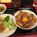 51933728 - 肉飯ハーフ+唐揚げハーフ 800円烏龍茶 スープ付き