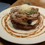 カフェ&ブックス ビブリオテーク - フレッシュベリーとプラリネクリームのパリブレスト。飲み物とのセットで税込み1350円