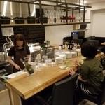 ワインビストロ LUDI - 店内はカウンター中心。テーブル席もあります。