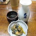 伍市 - 料理写真:ぬる燗とお通しの貝肝の生姜煮