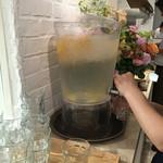 幸せのパンケーキ - レモン水はセルフ