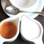 カフェドゥラプレス - カラのカップに2つのピッチャーで提供されます