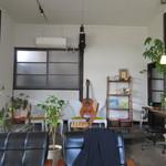 ブリーザ・ド - 古民家を使ったお店にはオーナーの鮫島さんが弾かれるギターが置かれノスタルジックな雰囲気を醸し出してました。