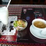 サムンドラ - セットのドリンク、サラダ とスープ