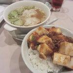 ロウホウトイ - ワンタンスープとご飯に麻婆豆腐をかけたもの