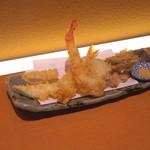 切麦や甚六 - 天ぷら (イカ天、エビ天、半熟たまご天、春ごぼう天)