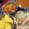 ドゥルガ - 料理写真:ターメリックライス、野菜、チキンとひよこ豆、サラダ