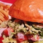 ベアーズダイナー - 【CHICKEN BASIL BURGER(チキンバジルバーガー)】 茹でた鶏肉にバジルソースを混ぜた夏にピッタリのヘルシーな女性に人気の夏季限定バーガーです。