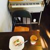 アルマカン - 料理写真:ブルーチーズのベイクドチーズケーキ、カフェオレ