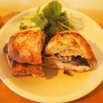 52157457 - チャバタで、チキンとまいたけのサンドイッチ。パーラー江古田のパンはやっぱり美味しい。