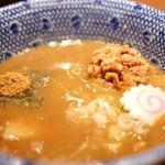 六厘舎 - 得製つけ麺スープ 魚粉・豚ほぐし (メンマとチャーシューは沈んでいます)