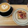 レック コーヒー - 料理写真:ライ麦パンとクリームチーズ、ドライフルーツ、胡桃、蜂蜜のトースト&