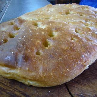 ウシマル - 料理写真:店内で焼き上げた自家製フォカッチャです。千葉県匝瑳市産の小麦を使っています。