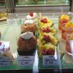 PÂTISSERIE DOUNEL - ケーキショーケース