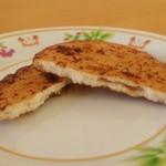 椎名米菓 - 「一ノ矢にんにく煎餅」を割ったところ
