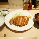 すぎ田 - とんかつロース(2100円)、豚汁(200円)、ごはん(300円)