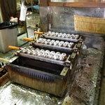 蛸家 - ちょっと見慣れぬたこ焼き器? 実は明石焼き用の器材を使って、ふんわりとした食感に焼き上げます。
