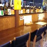 蛸家 - 1人でも気軽に利用できるカウンター席。お店の陽気な気分に包まれてお酒が進みます。
