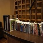 四万温泉 柏屋カフェ - [内観] 2F 客席にある書棚