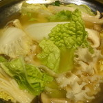 京町夜景居酒屋 魚御殿 - サーモンと赤海老の雲丹しゃぶ鍋の煮ているところ(雲丹しゃぶ料理コースの4000円コース)