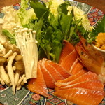 京町夜景居酒屋 魚御殿 - サーモンと赤海老の雲丹しゃぶ鍋の具材(雲丹しゃぶ料理コースの4000円コース)