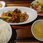 マンダリン マーケット文華市場 - ◆月変わりプレート:伺った日は「若鶏と糸品野菜の米麹ピリ辛炒め(1000円)」 ご飯・13品目のサラダ・スープ・漬物付き。